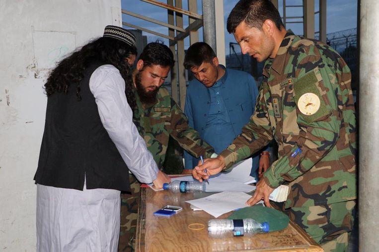 Een talibanmilitant staat op het punt de Bagram-gevangenis, ten noorden van hoofdstad Kaboel, te verlaten.