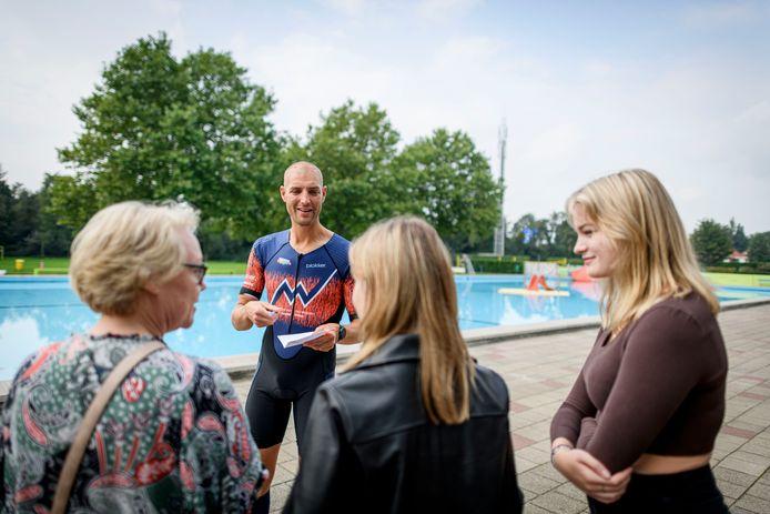 Maarten van der Weijden deelt een handtekening uit tijdens zijn bliksembezoek op de slotdag van de zwemvierdaagse. Met (vlnr) moeder Esther Zwiers en de vriendinnen Rosalie Zwiers en Isabel Jansen op de Haar.