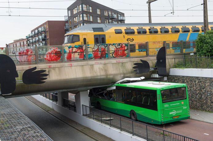 Ongeluk Woudhuis Osseveld. Bus zit klem onder het viaduct van de bus- en fietstunnel bij station Osseveld