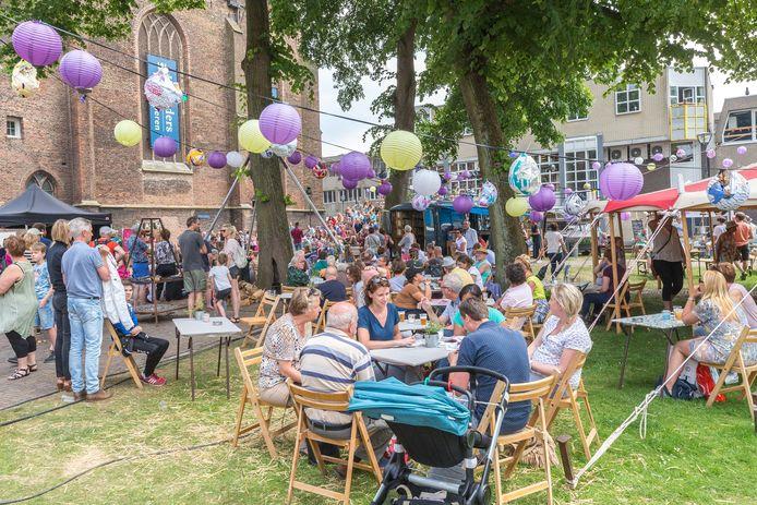 Zwolle Unlimited in 2017: een dolle boel met mensen lekker op elkaar. De versie van dit jaar is een stuk minder uitbundig vanwege de coronamaatregelen en mensen moeten hun eigen strobaal reserveren.