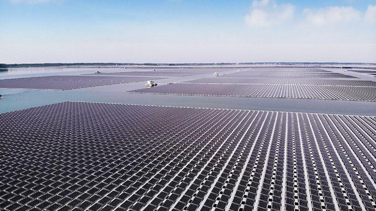 Drijvende panelen, zoals hier op een meer in China, maken steeds meer zonne-energie mogelijk zonder dat er landbouwgrond voor nodig is. Beeld Sungrow