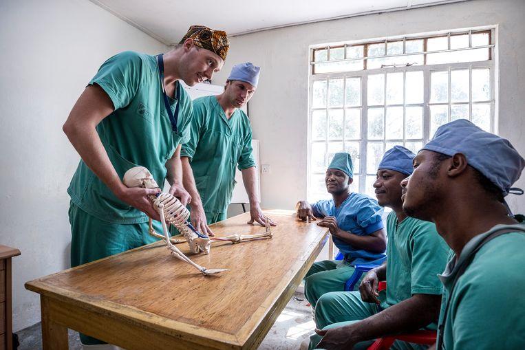 Collega's van de dode Nederlandse tropenarts leiden in Sierra Leone jonge gezondheidswerkers op zodat ze chirurgische ingrepen kunnen doen. Beeld null
