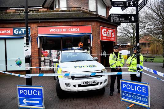 De omgeving in Salisbury is afgezet. Achter de agenten is de tent te zien dat het bankje afschermt waarop Skripal en de vrouw werden aangetroffen.
