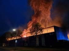 Zeer grote brand verwoest loods van bedrijf in papierrecycling in Hengelo