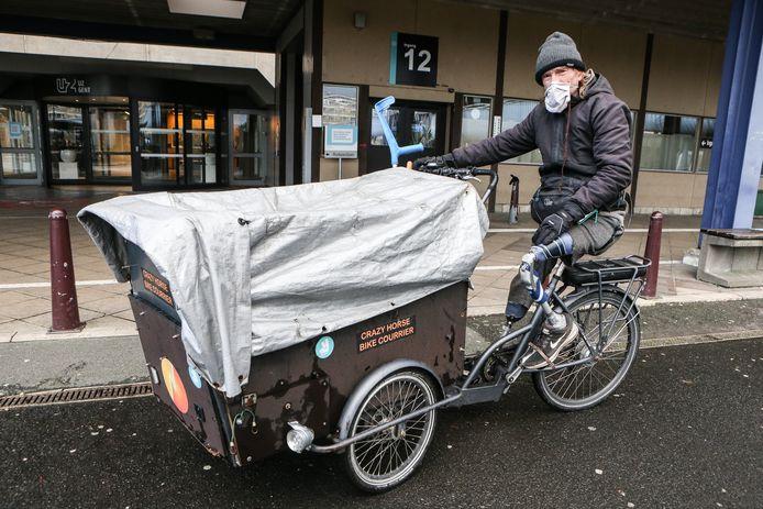 Peter Arnout (54) reed jaren door Gent als fietskoerier. Daar kwam iets meer dan twee jaar geleden abrupt een einde aan. Toen verloor hij naast zijn linkeronderbeen ook zijn rechtervoet.