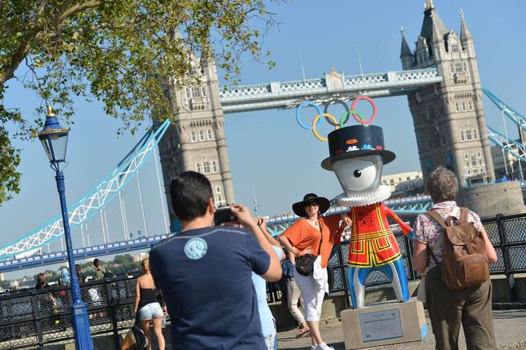 ONE TO WATCH: De Tower Bridge kreeg de olympische ringen aangemeten. Beeld AFP