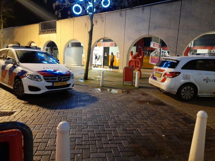 Politie bij Gall & Gall in het centrum van Lelystad na de overval op donderdagavond.