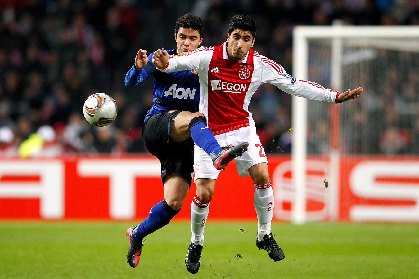 Aras Özbiliz in actie tegen Manchester United als speler van Ajax in 2011.