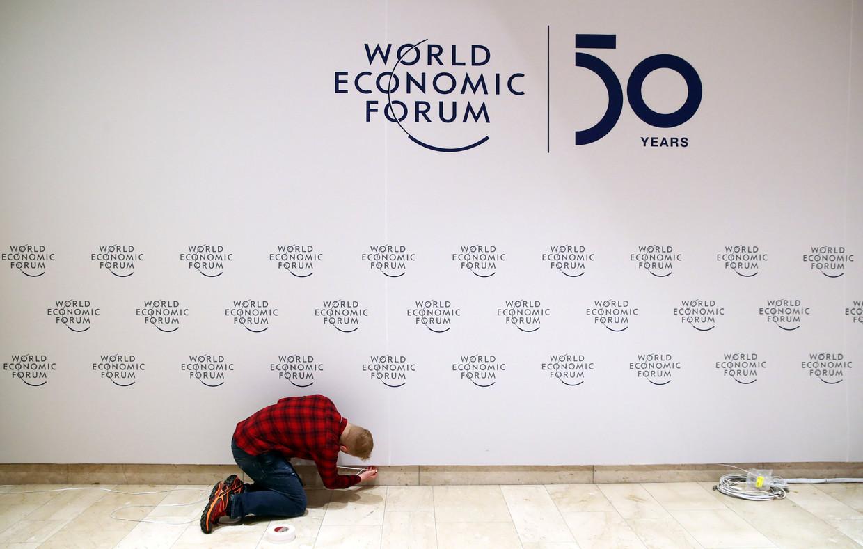 Een man bereidt de laatste details voor op het Wereld Economisch Forum in Davos. Beeld REUTERS