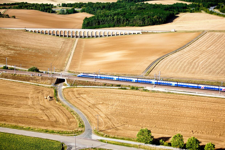 De TGV, hier bij het aquaduct van Vanne, kan qua reistijd ook op een aantal langere afstanden concurreren met het vliegtuig. Beeld Alexis Toureau / Getty