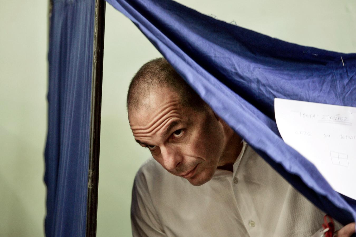 Grieks minister van Financiën Yanis Varoufakis brengt zijn stem uit.