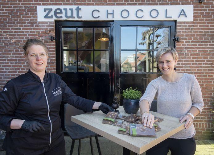 Linda Baas (links) mag geen chocola verkopen in haar atelier aan de Grotestraat. Nu begint ze een tijdelijke winkel aan de rand van Oud Borne.