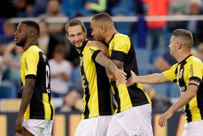 Tim Matavz (midden) was bij alle treffers van Vitesse betrokken vanavond.