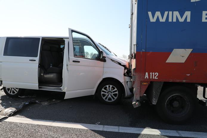 Botsing tussen auto's en vrachtwagen op A59 bij Waspik