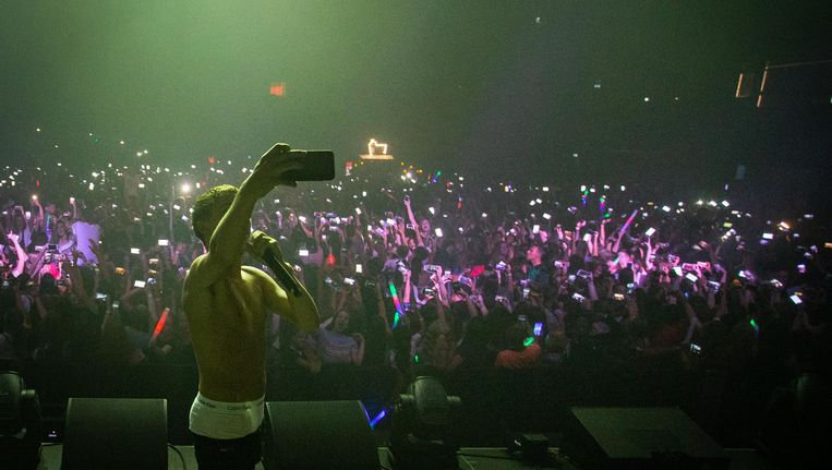 Rapper Lil Kleine maakt een selfie met ruim 6000 jongeren in een poging het Guiness wereldrecord grootste aantal selfies op hetzelfde moment te breken. Beeld anp