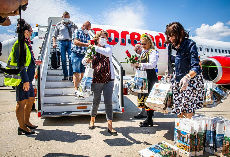 Nederlandse vakantiegangers arriveren op het vliegveld in Bulgarije. De Nederlanders vlogen eerder op de dag met de eerste vakantievlucht van Corendon na de coronastop naar Bulgarije.  Beeld ANP