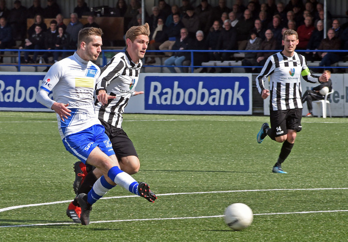 Op aangeven van Karim Bannani zorgt Ruben de Jager voor de geruststellende 2-0-voorsprong van Hoek.