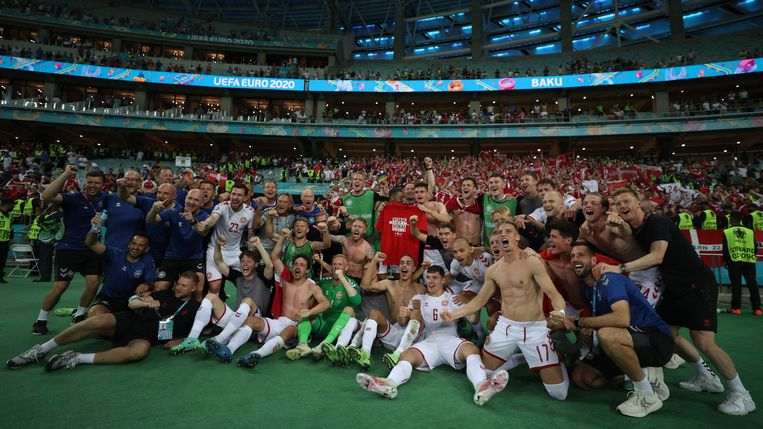 De Denen en hun begeleiders viert het bereiken van de halve finale op het EK Voetbal, in Bakoe.  Beeld AFP