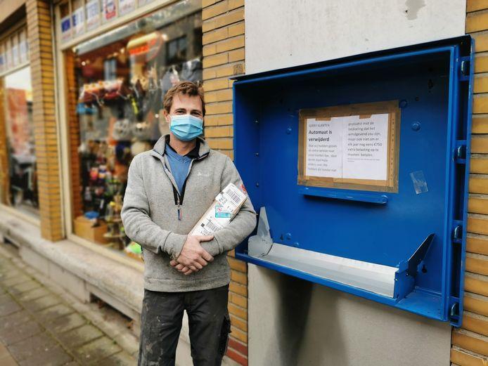 Sebastien Lebbe van Ava bij de plaats waar de binnenbandautomaat hing.