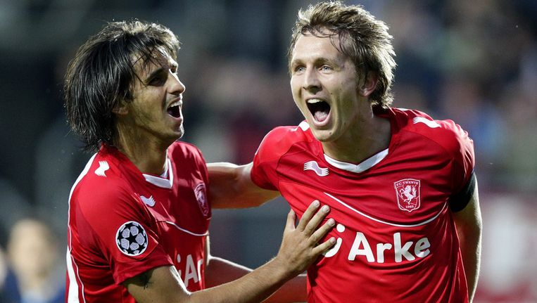 Bryan Ruiz (links) feliciteert Luuk de Jong na het openingsdoelpunt tegen Benfica. © ANP Beeld