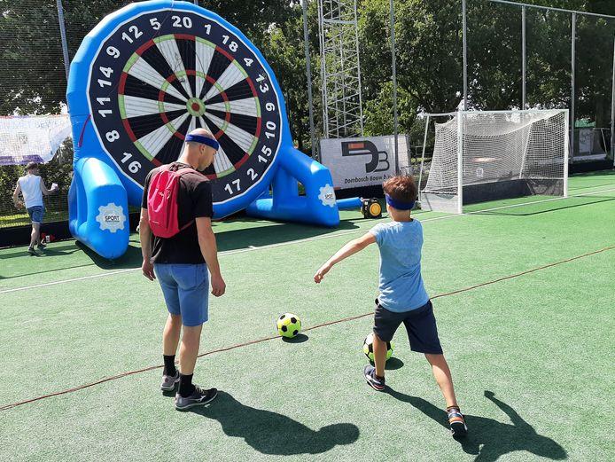 Rick Graste schiet de bal richting het reusachtige dartbord en scoort een mooi aantal punten.