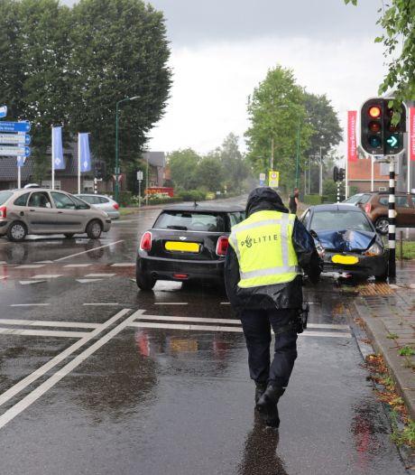 Man slaat met handboeien om op de vlucht voor agenten na ongeval met verschillende auto's