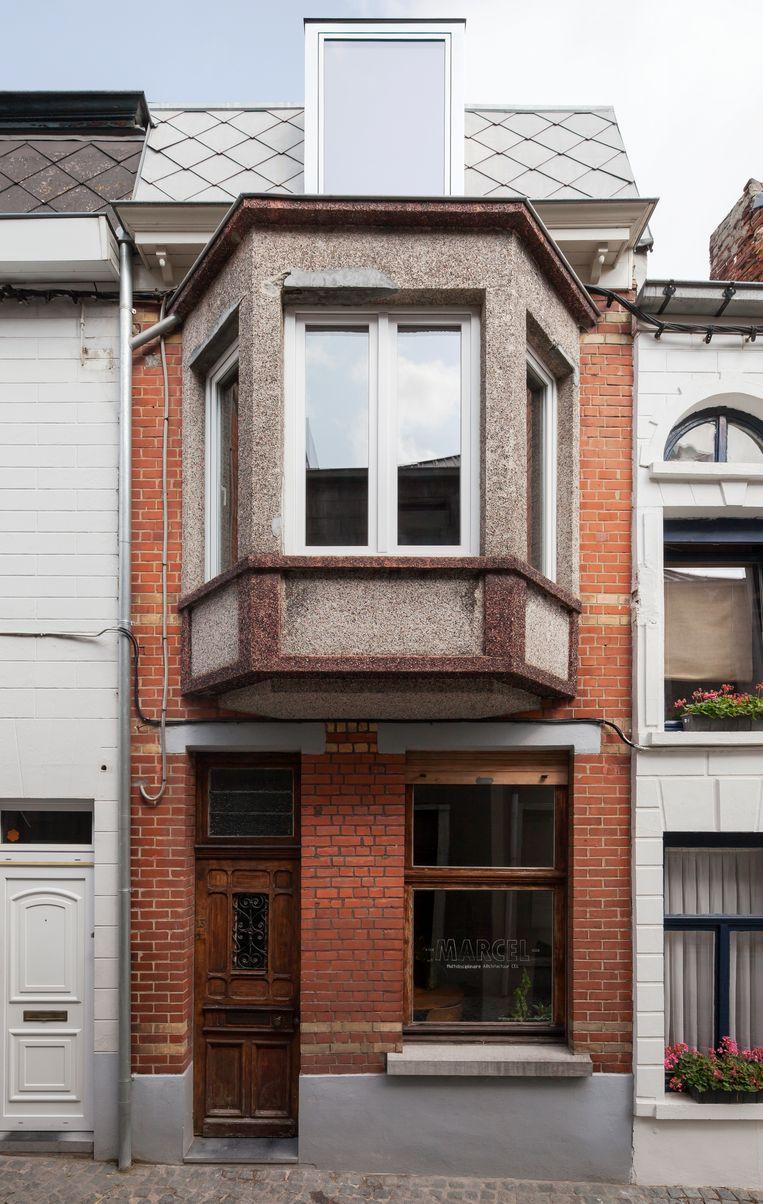 Het rijhuisje met een gevelbreedte van 3,50 meter dateert van 1940.De originele elementen, zoals het schrijnwerk en de erker,  bleven bewaard. Beeld Johnny Umans