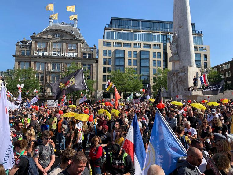 Demonstranten op de Dam tijdens de manifestatie Samen voor Nederland. Beeld Amaury Miller