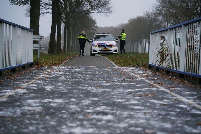 De brug in kwestie. Politie en provincie hebben inmiddels zout gestrooid.