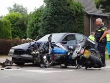 Inhaalactie gaat gruwelijk mis: motorrijder zwaargewond bij frontale botsing op auto