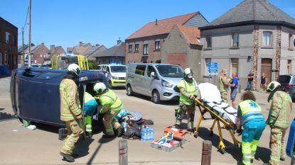 Zoveelste ongeval op gevaarlijke kruispunt: Brandweer moet vrouw bevrijden uit gekantelde wagen