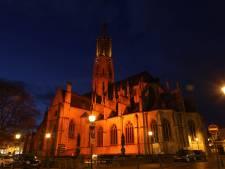 Basiliek Hulst ziet er bijzonder uit: gehuld in rood