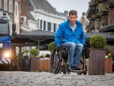 In zijn rolstoel kan Antoon (52) nauwelijks door Zutphense binnenstad rollen: 'Door corona alleen maar erger'