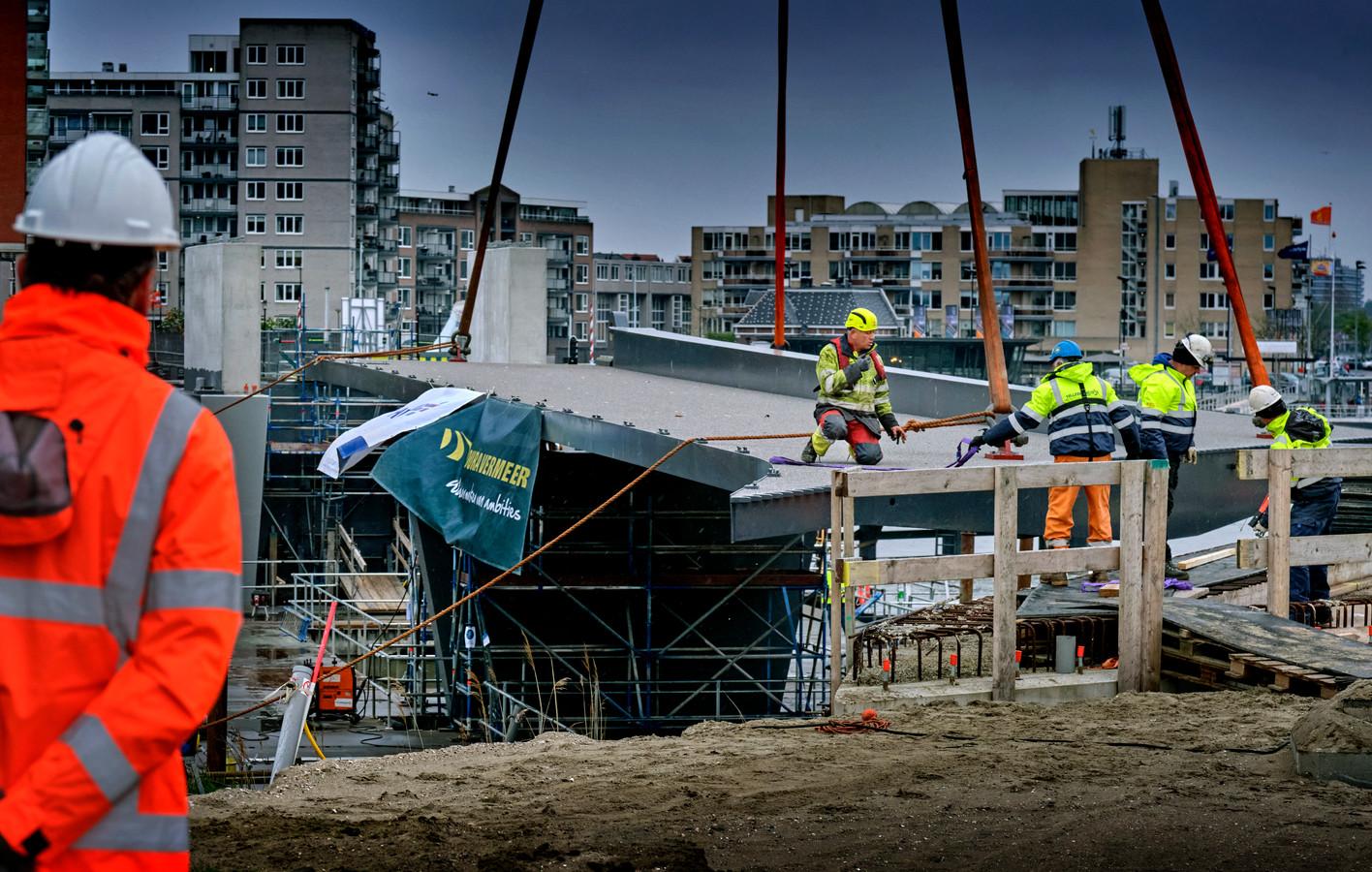 De eerste brugdelen zijn een paar maanden terug geplaatst. Dinsdag volgt het middelste deel.