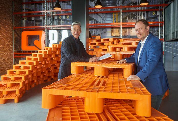 De eigenaren Arno Putters (links) en Bjorn Oosterhof van Q-Pall in Veghel. Het bedrijf produceert pallets van gerycled kunststof en de groei zit er stevig in.