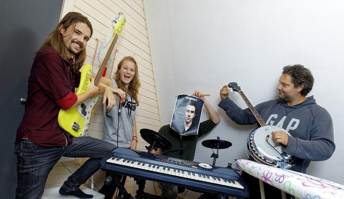 Van links naar rechts: Luuk van Gils, Marit van Gils en Roy Maurix. Drummer Lynyrd Denissen was op het moment van de foto niet aanwezig, de andere bandleden hebben daarom een vermist-poster vervaardigd.