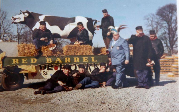 Eentje uit de oude doos: we zien prins Jean Jacmin in 1973, met de bekende koe van De Boerkes die nog altijd van stal gehaald wordt voor carnaval.