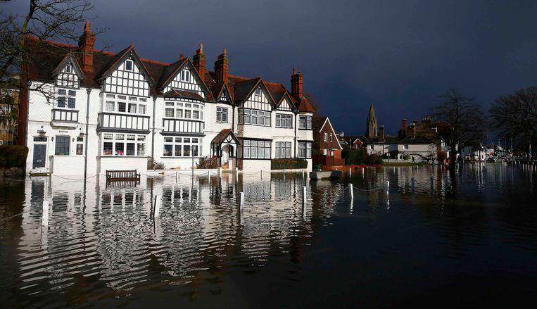 Ondanks alle maatregelen is vanmiddag het dorp Datchet in het zuiden van Engeland ondergelopen.<br /><br />De Engelse overheid waarschuwt voor ernstig overstromingsgevaar in 16 plaatsen langs de de rivier de Theems. Duizenden huishoudens moeten zich daar op voorbereiden. Sinds december zijn al zo'n 8000 woningen getroffen door het hoge water.<br /><br />Na twee maanden van recordneerslag voorspellen meteorologen nog zeker tot en met donderdag iedere dag regen. Vooral de graafschappen Berkshire en Surrey zullen vermoedelijk met wateroverlast te maken krijgen. <br /><br />De Britten worstelen met het natste weer sinds 1766. Het water in de rivier stond in tientallen jaren niet zo hoog en stijgt nog steeds. Beeld REUTERS