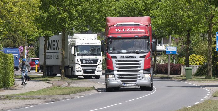 Zwaar vrachtverkeer dendert ondanks de nieuwe N18  in mei 2021 nog steeds over de oude Twenteroute dwars door Eibergen