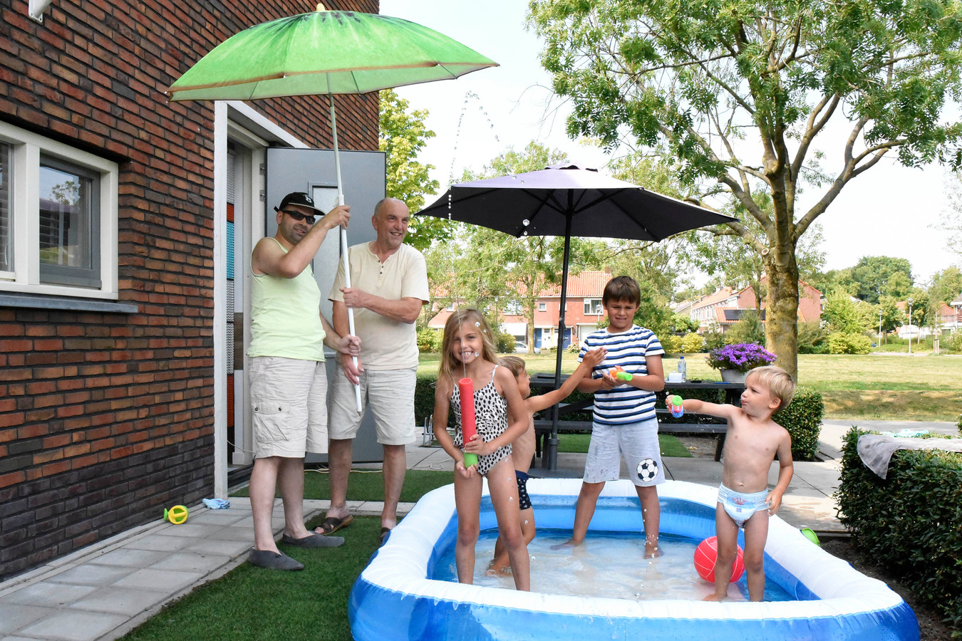 De Meidoornstraat is samen met de Esdoornlaan, Goudenregenstraat en Appelstraat het warmste plek van Woerden. Bewoner Peter van Oudenallen met zijn zoon en kleinkinderen vinden het met parasols en water nog wel uit te houden.