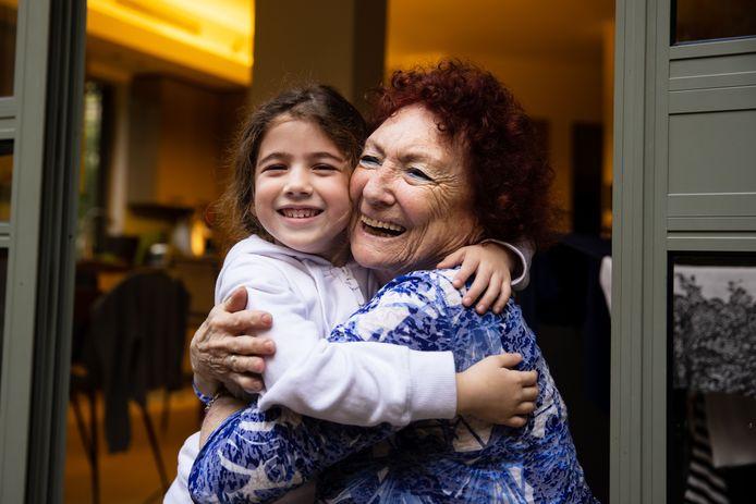 De Israëlische Miki Koren (77) heeft twee inentingen van Pfizer gekregen en kan nu eindelijk weer haar kleindochter Or (5) knuffelen.