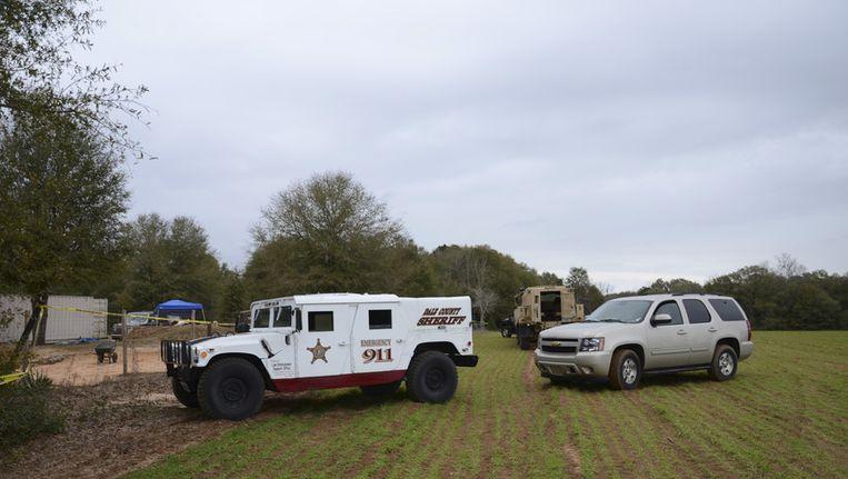 Het politieonderzoek nabij de bunker in Midland City (Alabama) waar de gijzelnemer zich met zijn 5-jarige slachtoffer had verschanst. Beeld reuters