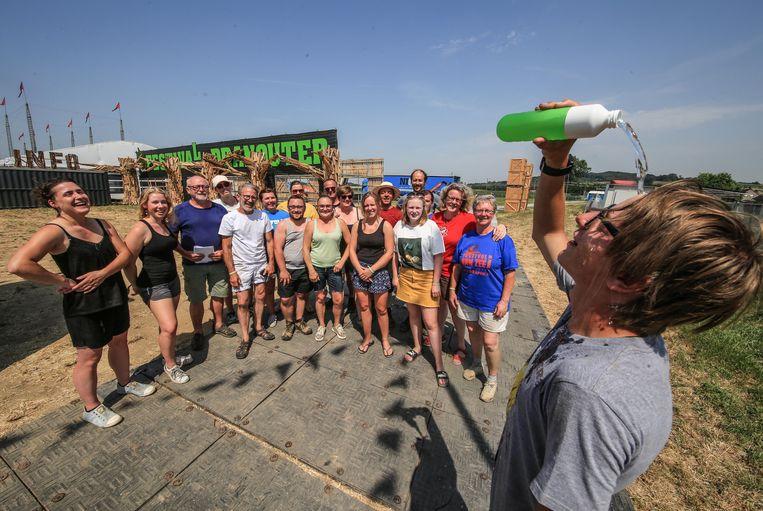 De vrijwilligers die helpen bij de opbouw van Festival Dranouter zijn blij met wat verfrissing.