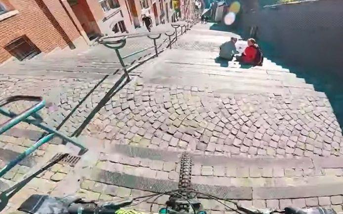 Een fietser begint aan de afdaling van de 374 trappen van 'Montagne de Bueren' in Luik.
