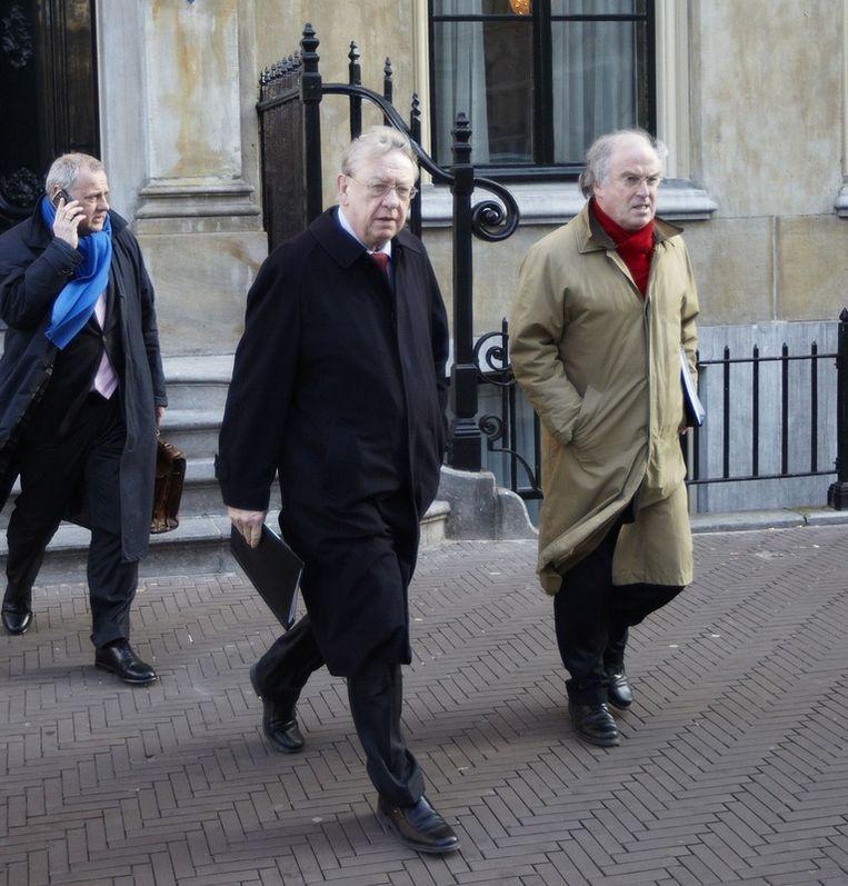 Minister Hillen van Defensie (midden) dinsdagmiddag in Den Haag. De minister is volgens ingewijden woedend over het feit dat ambtenaren hem in verlegenheid hebben gebracht. © Martijn Beekman / de Volkskrant Beeld