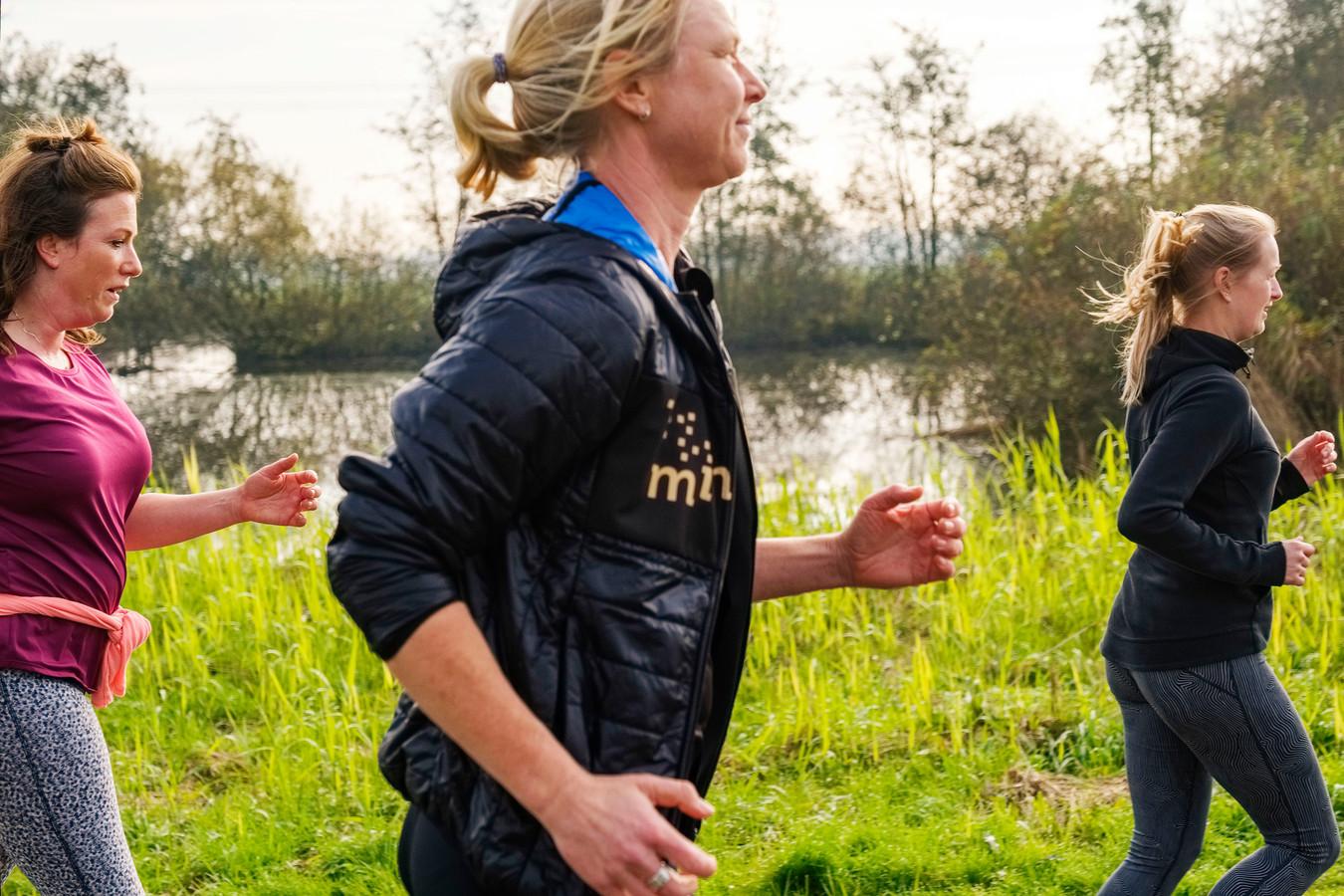 Van links naar rechts verslaggever Ellen van Leeuwen (35), coach Nicole Schouten (48) en Pascalle Stalvoord (34) tijdens een Mindful Run.