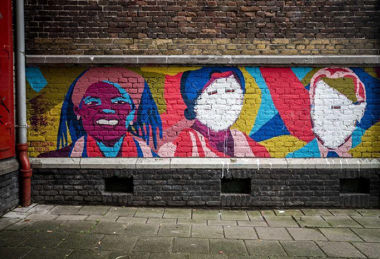 De muurschildering op het pand van The Black Archives werd op 3 december besmeurd met witte verf op de gezichten van belangrijke Surinaamse persoonlijkheden. Op de plek van de ogen hing een stikker met de tekst: roetveegpiet is genocide.  Beeld ANP
