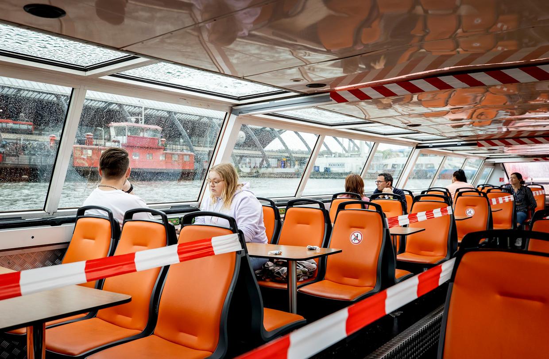 Toen vorig jaar zomer reders weer konden varen, moest aan boord 1,5 meter afstand worden gehouden. De rondvaartbedrijven willen daarvoor nu dezelfde regels als bij busvervoer. Beeld ANP