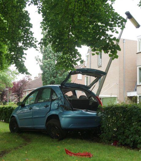 Bestuurder verliest macht over stuur en rijdt tegen boom in Drunen