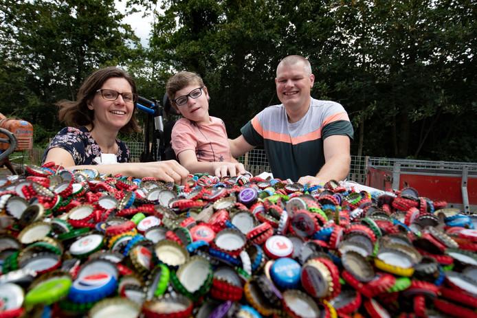 Janet en Frank van der Feen hopen met de kroonkurken straks met zoon Melle naar de kinderboerderij te kunnen gaan.